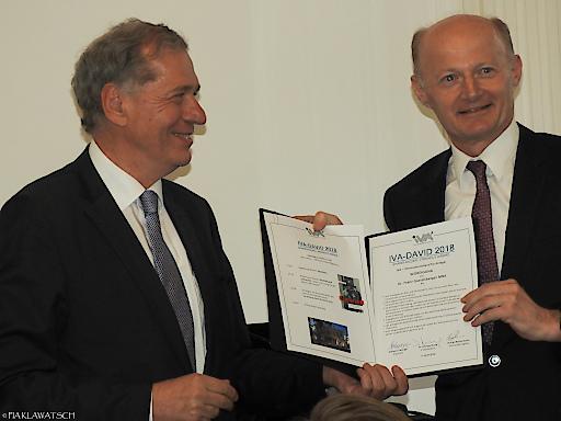 Dr. Wilhelm Rasinger bei der Übergabe der Würdigung an Dr. Franz Gasselsberger MBA