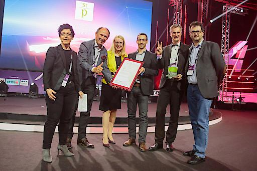 Das Team der SalzburgerLand Tourismus GmbH nimmt den Staatspreis für Digitalisierung aus den Händen von Bundesministerin Margarete Schramböck in Wien entgegen.