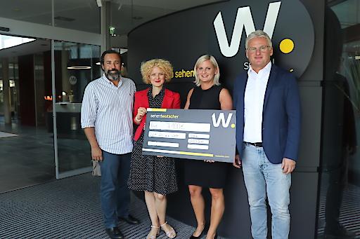 Markus Hammer, Marion Draxler (beide Licht für die Welt) mit Alexandra und Fritz Wutscher bei der Scheckübergabe der gemeinsamen #meineBrilledeineBrille-Kampagne im Herbst 2018