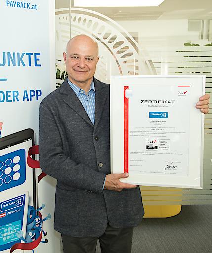 """PAYBACK """"TÜV Trusted Application"""": Walter H. Lukner, PAYBACK Österreich Geschäftsführer, mit dem Zertifikat """"TÜV Trusted Application"""""""