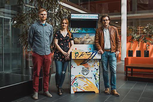 Gamesday-Veranstalter Florian Jindra von der FH Salzburg mit 3D-Artist Bibiana Traxler und Projektmanager Gregor Kirchhofer vom Salt Castle Studio. (v.l.) © FH Salzburg / A. Hadaier