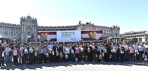 Geballter Einsatz mit Herz für unsere letzten heimischen Erdäpfel: Rund 120 niederösterreichischen Bäuerinnen und Bauern sowie Agrarvertreter bei einer Sympathiekampagne am Heldenplatz in Wien.