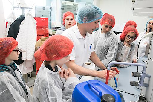 In der Qualitätssicherung von GOURMET können die Mädchen den Salz- oder Zuckergehalt von Speisen analysieren