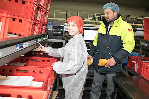 In der modernen Logistik von GOURMET sind die Mädchen eingeladen, selbst Speisen zu kommissionieren.