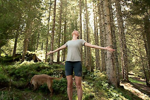 In Bad Hofgastein wird der Wald zum Therapiezentrum. Waldbaden nennt sich das neue Angebot, das Urlaubern ein bewusstes Wahrnehmen der Natur ermöglichen soll.