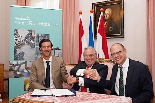 Dietsmann CEO Peter Kütemann (Mitte) bei der Vertragsunterzeichnung mit den beiden taurob-Geschäftsführern Matthias Biegl (links) und Lukas Silberbauer (rechts).