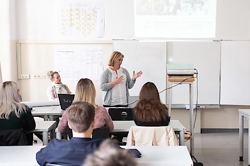 Dr. Maria Kletečka-Pulker, Geschäftsführerin der Plattform Patientensicherheit als Vortragende in der Vienna Business School am Hamerlingplatz.