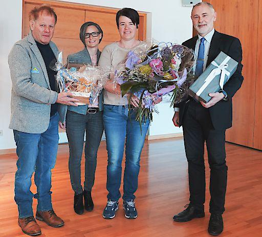 """Freuen sich über den """"10.000er"""": (v.l.) Hermann Kirschner (Ortsausschuss Fiss), Katrin Perktold (Verband der Tiroler Tourismusverbände), Manuela Nößig und Gerhard Föger (Land Tirol)."""