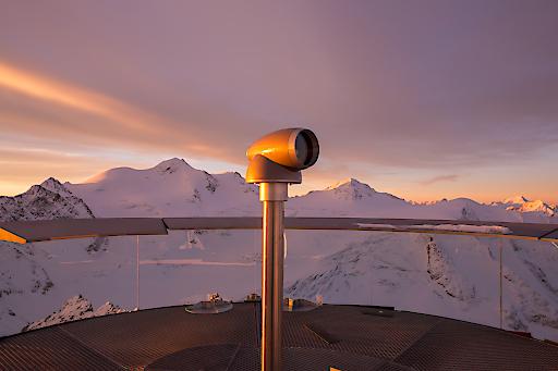 Wahnsinns-Ausblick gepaart mit Extremwetterlagen. Auf 3.450 Höhenmetern, auf dem Pitztaler Gletscher, bietet VIScope seit Jahren spannende Fernblicke mit Detailansichten. Ohne Stromzufuhr, bei (fast) jedem Lichteinfall, mit punktgenauer Einblendung.