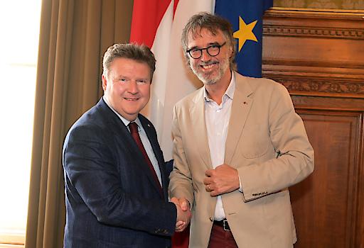 Bürgermeister Michael Ludwig gratuliert dem neuen Vorstandsvorsitzenden Gerwin Müller