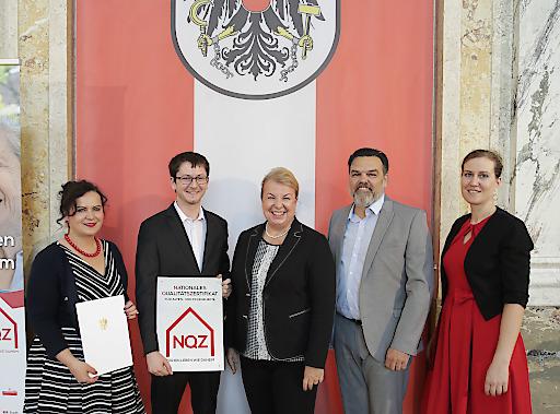 Bild zu OTS - Sozialministerin Beate Hartinger-Klein bei der Verleihung des Nationalen Qualitätszertifikats für Alten- und Pflegeheime in Österreich (NQZ)