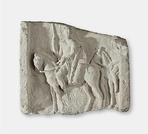 Grabstein: Mittleres Bruchstück eines Grabreliefs mit Reiterszene. Bewaffneter Reiter in Seitenansicht nach links. Hellenismus Sandstein