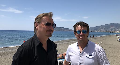 NIK P mit Cheftechniker Robert Stepar - Der Platz für die große Tourneebühne wurde direkt am Meer bestimmt