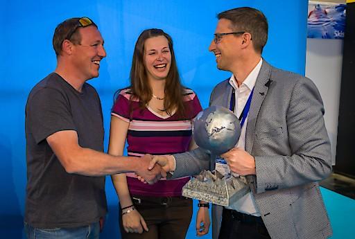 Überreichung des WS Online Awards an die Skischule Lipno duch Hannes Waldhart