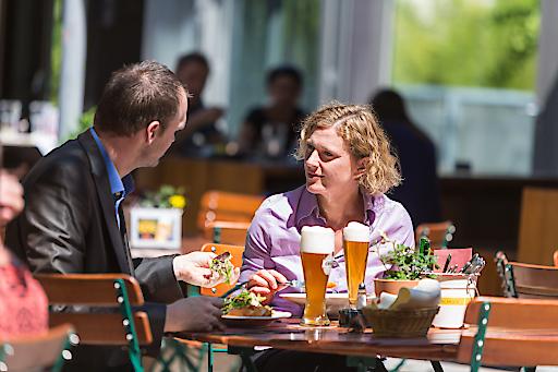 Die Österreicher genießen ihr Bier gerne im sonnigen Gastgarten, untertags meist alkoholfrei.