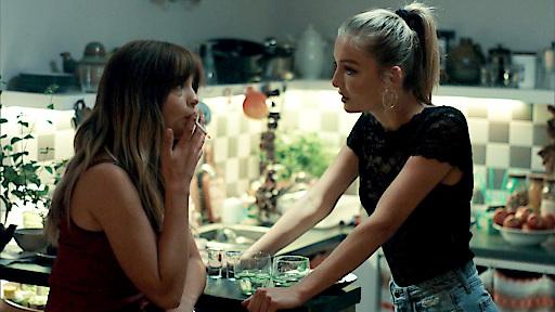 Fee (Julia Wulf) und Laura (Lisa Marie Koroll, li.) machen Party...