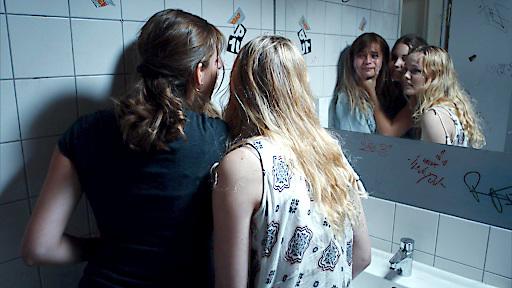 Laura (Lisa Marie Koroll) wird Opfer einer Mobbingkampagne...