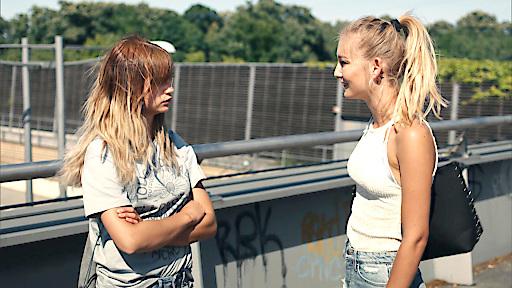 Ihre ehemalige Rivalin Fee (Julia Wulf) versucht Laura (Lisa Marie Koroll, li.) zu trösten...