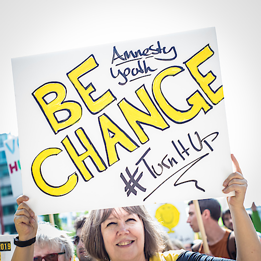 Amnesty-Aktivistin mit Schild / aufstehn - Ein Europa für Alle - 20190519 - Credits #aufstehn - Christopher Glanzl - 29