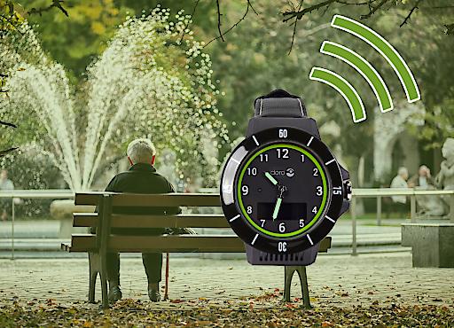 Senior auf Parkbank und die Uhr gibt Alarm