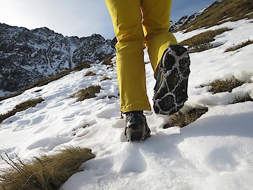 Beim Wandern in höheren Lagen ist beim Überqueren von Altschnee-Feldern besondere Vorsicht geboten.