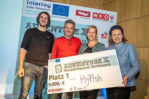 Das Team HyFish mit vlnr. Ruben Tutzer, Markus Aufleger und Barbara Brinkmeier von der Universität Innsbruck gewinnt Tirols adventure X 2019 - Wirtschaftslandesrätin Patrizia Zoller-Frischauf gratuliert.