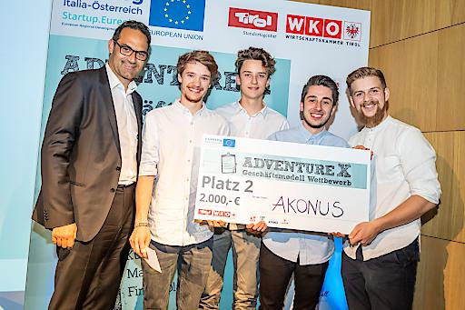 Wirtschaftskammerpräsident Christoph Walser gratuliert dem Osttiroler Start-up Akonus mit (vlnr.) Florian Wiedemayr, Stephan Pichler, Maximilian Hippacher und Johannes Mascher zu Platz zwei beim adventure X 2019.