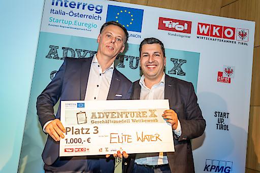 Laco Kacani (links) will mit Elite Water koffeinhaltige Getränke ohne Zucker und Co. auf den Markt bringen, das zugehörige Geschäftsmodell bringt ihm Platz drei beim adventure X 2019, Standortagentur Tirol-Chef Marcus Hofer nahm die Auszeichnung vor.