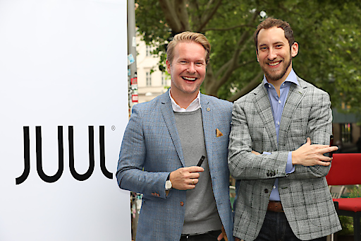 https://www.apa-fotoservice.at/galerie/18659 Im Bild v.l.n.r.: Udo Unterberger (Country Manager JUUL Labs Österreich), James Monsees (JUUL Labs Co-Founder & Chief Product Officer (San Francisco)