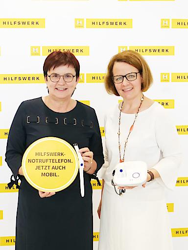 Hilfswerk-Präsidentin Michaela Hinterholzer und Landesrätin Christiane Teschl-Hofmeister (rechts) präsentieren das neue, mobile Notruftelefon