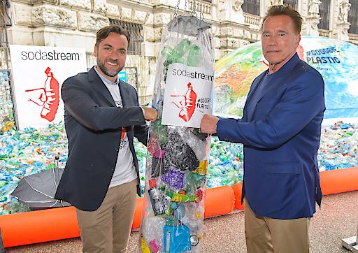 Fototermin mit Arnold Schwarzenegger für SodaStream bei der Sunken World vor der Wiener Hofburg im Vorfeld des R20 Austrian World Summit Klimakonferenz, Wien, 27.5.2019,.- .Arnold SCHWARZENEGGER, Ferdinand BARCKHAHN (CEO SodaStream DACH)