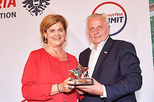BSO-Präsident Rudolf Hundstorfer verlieh den Sport Austria Award an die Österreichischen Lotterien, vertreten durch die Vorstandsvorsitzende, Mag. Bettina Glatz-Kremsner.