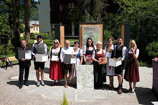 Kitzbühels neue Wandergastgeber am neu eröffneten Wander-Infoplatz in Kitzbühel.