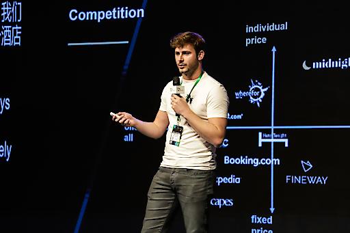 Founder/CEO Midnightdeal Lukas Zirker bei der Präsentation des Startups