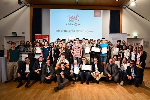 """Die Gewinner des heurigen """"Future Challenge""""-Videowettbewerbs mit Jury, Kooperationspartnern und Wiener Zeitung."""