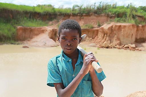 Weltweit schuften 73 Millionen Kinder unter ausbeuterischen Bedingungen, so wie hier im Steinbruch in Sambia. Die Kindernothilfe setzt einen Schwerpunkt ihrer Arbeit auf den Kampf gegen die Ausbeutung.