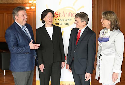 Evi Angyan, Präsidentin der St. Anna Kinderkrebsforschung mit Bürgermeister Dr. Ludwig sowie Vertretern aus der Forschung