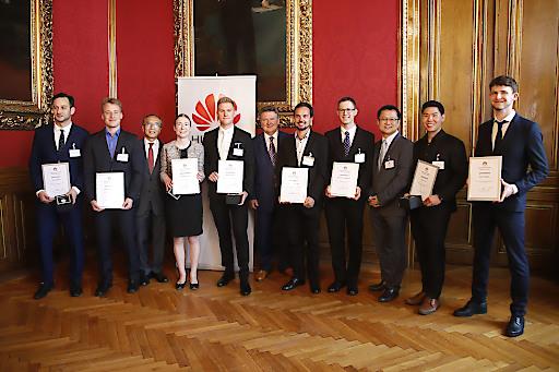 Bürgermeister Michael Ludwig gratuliert den SiegerInnen des Huawei Studierendenwettbewerbs.