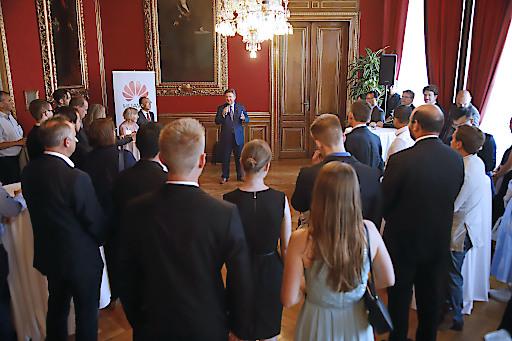 Bürgermeister Michael Ludwig gratuliert den SiergerInnen des Huawei Studierendenwettbewerbs.