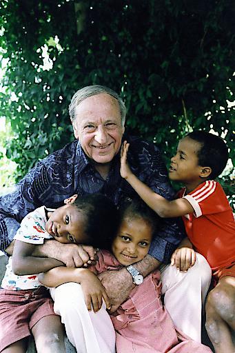 Idee und Lebenswerk von SOS-Kinderdorf-Gründer Hermann Gmeiner (im Bild mit Kindern im SOS-Kinderdorf Assomada/Kapverden) ging in 70 Jahren um die ganze Welt. Gmeiners Erbe ist heute in 135 Ländern präsent