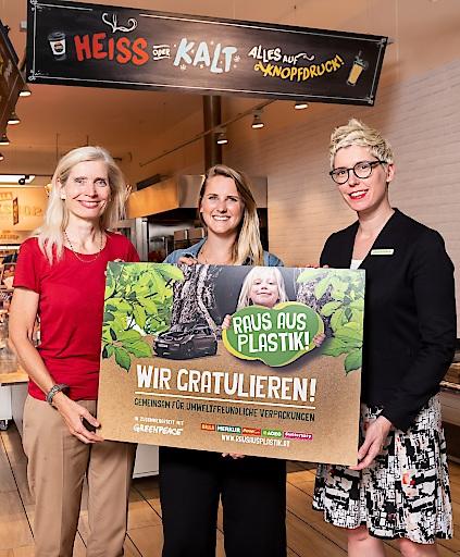 Prämierung der Gewinneridee mit Tanja Dietrich-Hübner (Leitung Nachhaltigkeit REWE International AG), Monika Fallenegger (Gewinnerin des Ideenwettbewerbs) und Sophie Lampl (Kampagnendirektorin bei Greenpeace in Österreich)