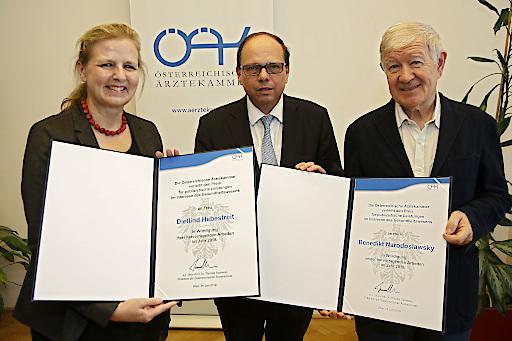ÖÄK-Pressepreis, vlnr.: Dietlind Hebestreit (OÖ Nachrichten), Präsident Thomas Szekeres, Armin Thurnher (Falter, in Vertretung für den Preisträger Benedikt Narodoslawsky)