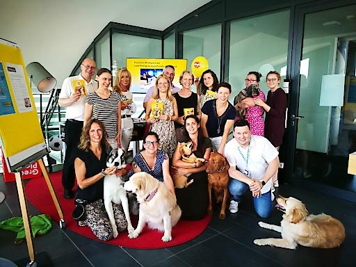 Medienvertreter, Geschäftspartner und Mars Mitarbeiter mit den eigenen Hunden beim ersten Pedigree Bürohunde-Frühstück im Office von Mars Austria