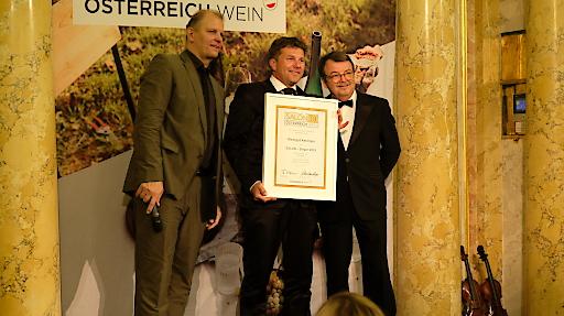 Unrkundenüberreichung im Palais Coburg durch Weinmarketingchef Willi Klinger