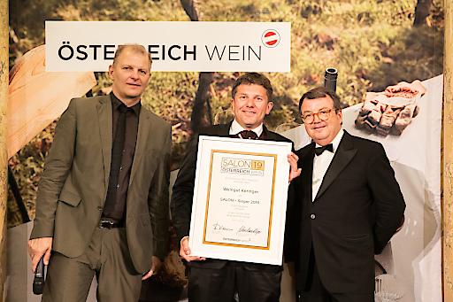 Weinpate Martin Kusej, designierter Direktor des Wiener Burgtheaters, Winzer Robert Keringer und ÖWM Chef Willi Klinger bei der feierlichen Übergabe der Urkunde zum SALON Sieg.