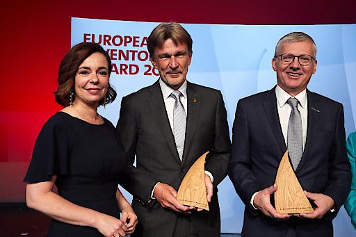 Patentamtspräsidentin Mariana Karepova überreicht den Europäischen Erfinderpreis 2019 an Klaus Feichtinger und Manfred Hackl