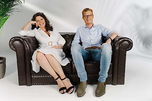 bz-Chefredakteurin Nikki Gretz-Blanckenstein und bz-Geschäftsführer Maximilian Schulyok auf dem Traum-Sofa