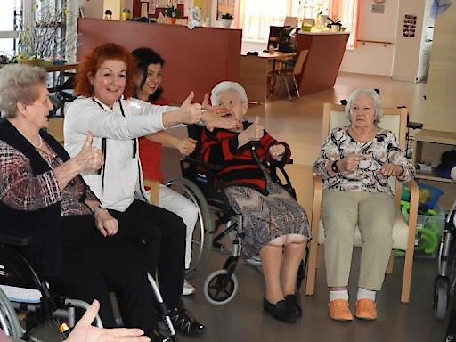 UNIQA VitalCoach im Haus St. Martin: VitalCoach Karin Csitkovics mit Bewohnerinnen vom Alten- und Pflegeheim St. Martin