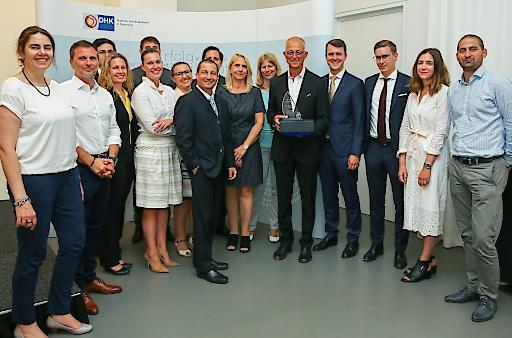 Die Mentees des 5. Cross Mentoring Programms der Deutschen Handelskammer in Österreich bei der Abschlussfeier mit Programmleiter Karl Strobel (Mitte).