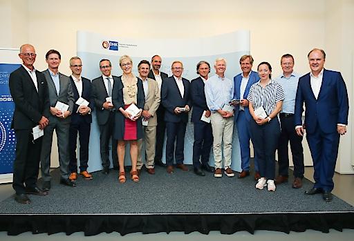 Die Mentoren des 5. Cross Mentoring Programms der Deutschen Handelskammer in Österreich bei der Abschlussfeier mit Programmleiter Karl Strobel (ganz links) und DHK Hauptgeschäftsführer Thomas Gindele (ganz rechts).
